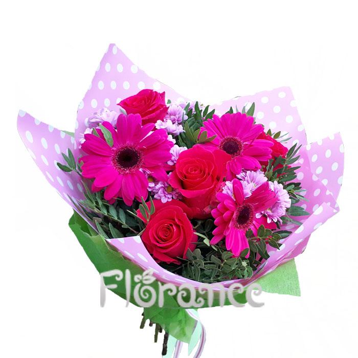 Малиновый букет с розами и другими цветами