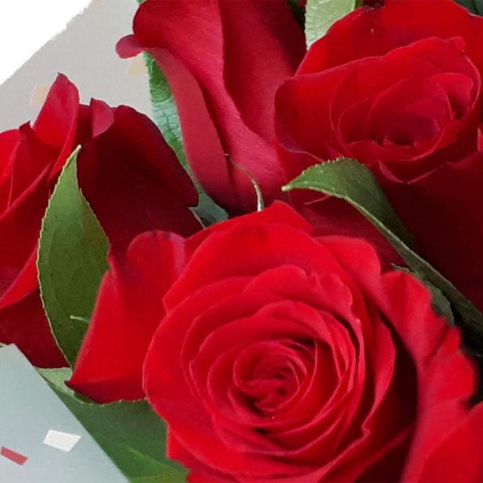 фото 3: Букет из красных роз с зеленью