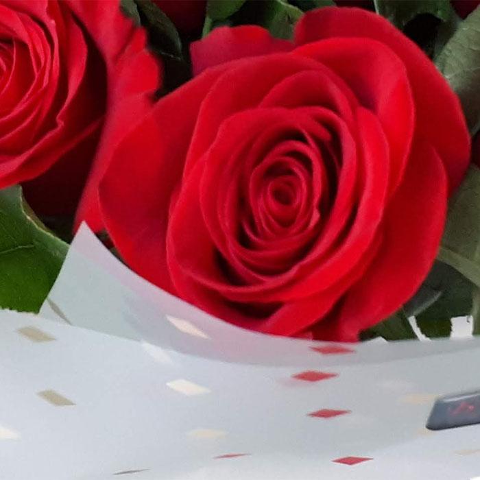 фото 2: Букет из красных роз с зеленью